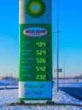 Praag, Tsjechische Republiek - 30 December, 2017: Kant van de wegteken voor BP-benzinepost Stock Foto