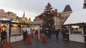 Praag, Tsjechische Republiek - December, 2017: Kerstmisvoedsel en Giftmarkt in Europa, Grote Kerstboom stock footage