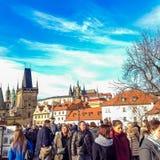 Praag, Tsjechische Republiek - 31 December, 2017: Mensen die op historisch Charles Bridge lopen stock afbeeldingen