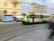 PRAAG, TSJECHISCHE REPUBLIEK - 31,2014 December: Oude tram in moderne reclame die zich in motieonduidelijk beeld bewegen Royalty-vrije Stock Fotografie