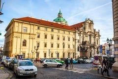 24 01 2018 Praag, Tsjechische Republiek die - door de straten lopen Royalty-vrije Stock Foto