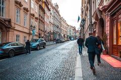 24 01 2018 Praag, Tsjechische Republiek die - door de straten lopen Stock Fotografie