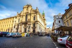 24 01 2018 Praag, Tsjechische Republiek die - door de straten lopen Stock Foto