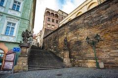 24 01 2018 Praag, Tsjechische Republiek die - door de straten lopen Stock Afbeelding