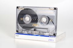 PRAAG, TSJECHISCHE REPUBLIEK - 20 FEBRUARI, 2019: Audio compact chroom 90 van cassettefuji DRII met plastic doosrecht Audiocasset stock foto's