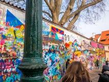 PRAAG, TSJECHISCHE REPUBLIEK - 20,2018 FEBRUARI: Lennon Wall sinds de jaren '80 wordt gevuld met John Lennon-inspired graffiti en stock afbeelding