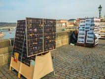PRAAG, TSJECHISCHE REPUBLIEK - 20 Februari 2018 Mening van Charles Bridge, Praag: Kunstverkopers en het kasteel van Praag Kunsten stock foto