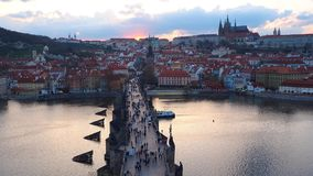 Praag, Tsjechische Republiek Het landschap van de tijdtijdspanne aan de rivier van Charles Bridge en Vltava-bij zonsondergang vor stock videobeelden