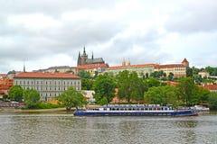 Praag, Tsjechische Republiek Het het lopen schip op de Vltava-Rivier en het Kasteel van Praag met de kathedraal van Heilige Vitus Royalty-vrije Stock Fotografie