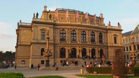 Praag, Tsjechische Republiek Het Rudolfinum-gebouw stock video