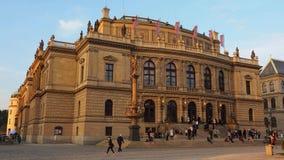 Praag, Tsjechische Republiek Het Rudolfinum-gebouw stock videobeelden