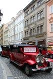 Praag, Tsjechische Republiek, Januari 2015 Auto's, gestileerde antiquiteit op de straten van de oude stad stock foto's
