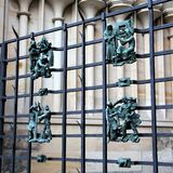 Praag, Tsjechische Republiek, Januari 2015 De gesmede antieke cijfers van dierenriemtekens zijn geen rooster van de Kathedraal va stock afbeelding