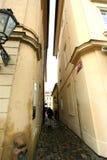 Praag, Tsjechische Republiek - 27 Januari, 2014: de smalste straat in Europa Royalty-vrije Stock Foto's