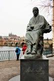 Praag, Tsjechische Republiek, Januari 2015 Monument aan de Tsjechische componist Smetana op de achtergrond van Charles Bridge en  stock afbeelding