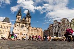 PRAAG, TSJECHISCHE REPUBLIEK - 18 JULI: Mening aan de Vltava-Rivier van Stock Foto