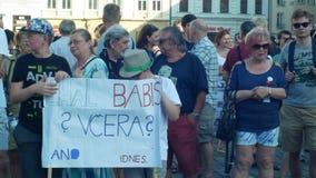 PRAAG, TSJECHISCHE REPUBLIEK, 11 JUNI, 2019: Demonstratie van mensenmenigte tegen de Eerste minister Andrej Babis, een banner stock video