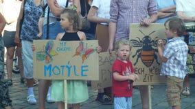 PRAAG, TSJECHISCHE REPUBLIEK, 11 JUNI, 2019: Demonstratie van mensenmenigte tegen de Eerste minister Andrej Babis, een banner I stock video