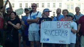 PRAAG, TSJECHISCHE REPUBLIEK, 11 JUNI, 2019: Demonstratie van mensenmenigte tegen de Eerste minister Andrej Babis, mensen stock video