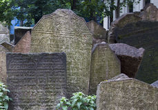 PRAAG, TSJECHISCHE REPUBLIEK - 19 Juni, 2015: Verlaten grafstenen bij Stock Foto's