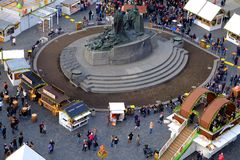 Praag, Tsjechische Republiek 26 Maart, 2018: De mensen vieren Pasen in het Oude Stadsvierkant Hoogste mening over Jan Hus-monumen Royalty-vrije Stock Fotografie