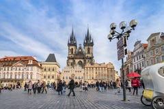 PRAAG, TSJECHISCHE REPUBLIEK - 5 MAART, 2016: De niet geïdentificeerde toeristen in oude stad regelen in Praag, Tyn-Kathedraal va Royalty-vrije Stock Afbeeldingen