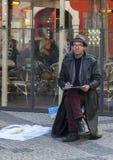 Praag, Tsjechische Republiek - 15 Maart 2017: een mannelijke kunstenaar trekt een schets terwijl het zitten op de straat royalty-vrije stock foto
