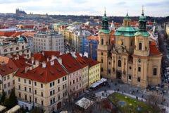 Praag, Tsjechische Republiek 26 Maart, 2018: Pasen-viering in het Oude Stadsvierkant Hoogste mening over een Kerk van Sinterklaas Royalty-vrije Stock Foto