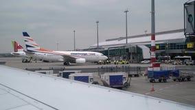 PRAAG, TSJECHISCHE REPUBLIEK - 29 MAART, 2019: Vliegtuigtaxi in luchthaven stock video