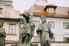 Praag, Tsjechische Republiek - Mei 2014 Beeldhouwwerk van de Heilige Verlosser met Cosmas en Damian op Charles Bridge op stock afbeelding