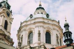 Praag, Tsjechische Republiek - Mei 2014 Buitenkant van de Kerk van Sinterklaas stock foto's