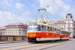 PRAAG, TSJECHISCHE REPUBLIEK - MEI 2017: de oude tram op cobbled centrale straat van Praag royalty-vrije stock afbeelding