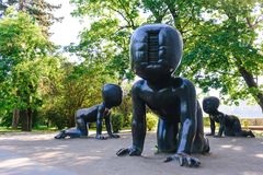 PRAAG, TSJECHISCHE REPUBLIEK - MEI 2017: Drie grote beeldhouwwerken van de bronsbaby door Tsjechische kunstenaar David Cerny Park stock fotografie