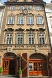 Praag, Tsjechische Republiek - Mei 2016: Zoete oude straat met mooie voorgevel van de traditionele bouw in Mala Strana-kwart stock fotografie