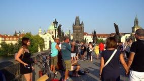 Praag, Tsjechische Republiek - 21 08 2018: Menigte van mensen die langs Charles Bridge, Praag lopen stock footage