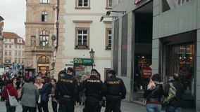 PRAAG, TSJECHISCHE REPUBLIEK - 23 Oktober, 2017, een Detachement van Politieagenten loopt langs het Vierkant stock videobeelden