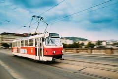 Praag, Tsjechische Republiek Openbare oude retro tram die zich op brug bewegen Stock Foto