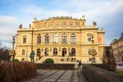 24 01 2018 Praag, Tsjechische Republiek - Rudolfinum die op Januari P voortbouwen Stock Fotografie
