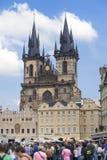 PRAAG, TSJECHISCHE REPUBLIEK - 15 SEPTEMBER, 2014: de toeristen lopen bij Stadhuis in Praag, Tsjechische Republiek Royalty-vrije Stock Fotografie