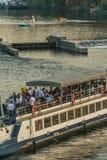 Praag, Tsjechische Republiek - 10 September, 2019: Gelukkig uur in Toeristenboot in het evenning op een reis op de Vltava-rivier royalty-vrije stock foto's
