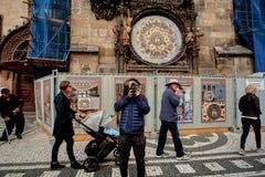 Praag, Tsjechische Republiek, 15 September, 2017: mensentoeristen voor de Astronomische Klokketoren stock foto