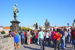 Praag, Tsjechische Republiek - Standbeeld van StJohn van Nepomuk op Charles Bridge Stock Foto's