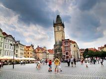 Praag, Tsjechische Republiek - Toeristen die het Oude Stadsvierkant en de Klokketoren bezoeken royalty-vrije stock foto's