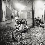PRAAG, TSJECHISCHE REPUBLIEK: Verlicht cobbled straat met lichte langs bezinningen over de bestrating in oude historische stad Royalty-vrije Stock Afbeelding