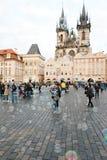 Praag, Tsjechische Republiek, vijfde Mei, 2011: Bellen en Mensen op O stock foto's
