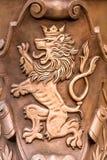 Praag/Tsjechische Republiek 03 31 2019: vlakke de leeuw van het wapenschildbrons stock fotografie