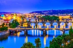 Praag, Tsjechische republiek: Vltavarivier en zijn bruggen bij zonsondergang stock afbeelding