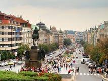Praag, Tsjechische Republiek - Wenceslas Square met Staue van het bezoeken van Wenceslas en van toeristen royalty-vrije stock afbeeldingen