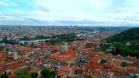 Praag van een hoogte van vlucht, een mooie mening van de daken van Praag op een zonnige dag tegen de achtergrond van een mooie he stock video