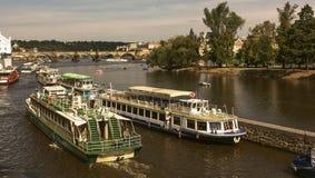 Praag, Vltava-rivier, schepen, Tsjechische republiek Stock Fotografie